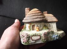 COLLECTABLE COTTAGE WITH ORIGINAL CERTIFICATE PETER TOMLINS HONEYPOT MEMORY LANE